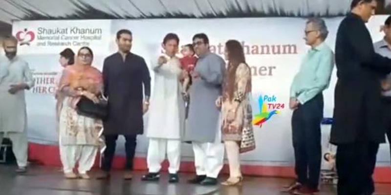 Photo of شوکت خانم ہسپتال کیلئے فنڈ ریزنگ تقریب کے دوران معصوم بچے نے عمران خان کے ساتھ ایسا کام کر دیا کہ قہقہے لگ گئے، تصویر سوشل میڈیا پر وائرل ہو گئی